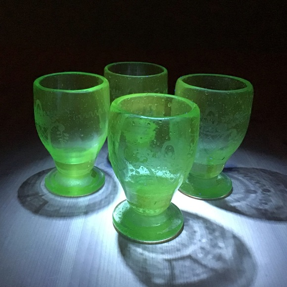 VINTAGE URANIUM BUBBLE GLASS EGG CUPS/SHOT GLASSES